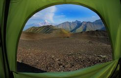 Vista dall'interno delle montagne di una tenda in Georgia fotografia stock libera da diritti