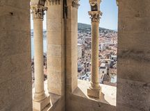 Vista dall'interno di alta torre antica nella città della spaccatura Immagini Stock