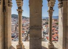 Vista dall'interno di alta torre antica nella città della spaccatura Fotografie Stock