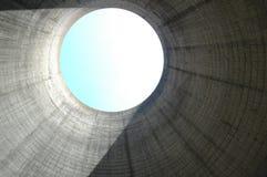 Vista dall'interno di una torre di raffreddamento Fotografie Stock