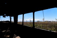 Vista dall'interno vecchio di un bus russo sovietico abbandonato ed arrugginito in Armenia del sud Immagini Stock Libere da Diritti