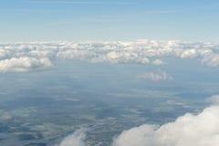 Vista dall'oblò al bei cielo nuvoloso e paesaggio qui sotto Fotografia Stock Libera da Diritti