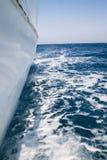 Vista dall'yacht di camminata sul mare Fotografia Stock