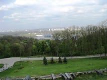 vista dalla banca del parco a sinistra del Dnieper a Kiev fotografia stock