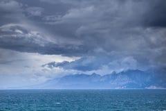 Vista dalla banchina di Adalia, Turchia alle montagne sulla riva opposta Fotografie Stock Libere da Diritti