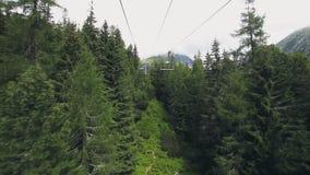 Vista dalla cabina di funivia dello ski-lift in montagne di Tatra video d archivio
