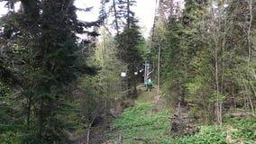 Vista dalla cabina di funivia nelle montagne archivi video