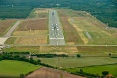 Vista dalla cabina di pilotaggio di un aereo di sport alla pista di un aerodromo immagini stock libere da diritti