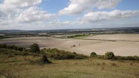 Vista dalla campagna inglese BRITANNICA di Buckinghamshire Inghilterra delle colline di Chiltern del segnale di Ivinghoe fra Duns stock footage