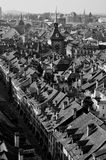Vista dalla cattedrale di Berna sopra la vecchia città dell'Unesco e lo Zytglogge - torre di orologio - la Svizzera immagine stock libera da diritti