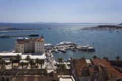 Vista dalla cima del campanile della città di spaccatura e del mare adriatico Immagine Stock Libera da Diritti
