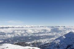 Vista dalla cima dell'angolo 2 dell'oro 142m, Spittal, Carinzia, Austria giù nella valle nell'inverno Fotografie Stock Libere da Diritti