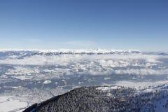 Vista dalla cima dell'angolo 2 dell'oro 142m, Spittal, Carinzia, Austria giù nella valle nell'inverno Fotografia Stock
