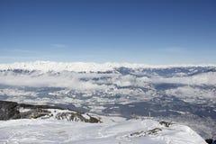 Vista dalla cima dell'angolo 2 dell'oro 142m, Spittal, Carinzia, Austria giù nella valle nell'inverno Immagine Stock