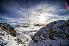 Vista dalla cima della cabina di funivia verso il sol levante Immagine Stock Libera da Diritti