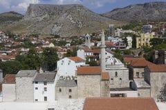 Vista dalla cima della città di Mostar, circondata dalle montagne Fotografia Stock
