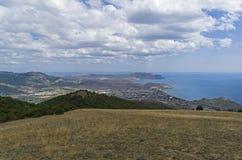 Vista dalla cima della montagna verso il mare Fotografia Stock