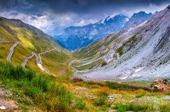 Vista dalla cima di italiano famoso Stelvio High Alpine Road Immagini Stock Libere da Diritti