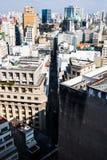 Vista dalla cima di una costruzione di una via che taglia la città a metà Fotografie Stock Libere da Diritti