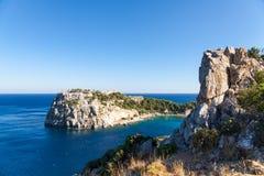 Vista dalla cima su Anthony Quinn Bay e sulla spiaggia, Rodi in Faliraki Immagine Stock Libera da Diritti