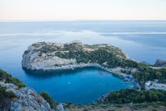 Vista dalla cima su Anthony Quinn Bay e sulla spiaggia, Rodi in Faliraki Fotografia Stock Libera da Diritti