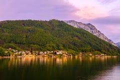 Vista dalla città di Gmunden a Grunberg nella sera Fotografia Stock