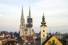 Vista dalla città superiore alla cattedrale di Zagabria ed alla chiesa di St Mary Immagine Stock