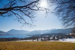 Vista dalla collina al tegernsee del lago ed alle montagne, molla in anticipo Fotografie Stock