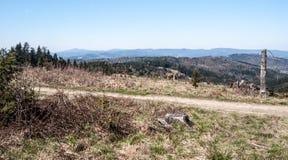 Vista dalla collina del vrch di Jakubovsky sopra la città di Turzovka in montagne di Javorniky in Slovacchia Immagini Stock Libere da Diritti