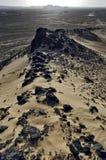 Vista dalla collina della basalto-sabbia sul fuoristrada commovente Immagine Stock
