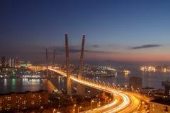 Vista dalla collina di Eagle al ponte dorato ed alla città dorata di notte della baia del corno immagini stock