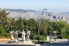Vista dalla collina di Montjuic sulla città e dalla composizione scultorea moderna nella priorità alta Fotografie Stock Libere da Diritti