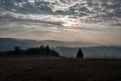 Vista dalla collina di Ochodzita in montagne Slesiane di Beskids di autunno sopra il villaggio di Koniakow in Polonia fotografie stock