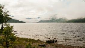 Vista dalla costa sul lago della montagna archivi video
