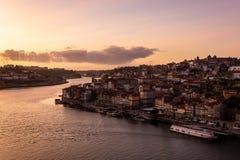 Vista dalla d Ponte di Luis alla città di Oporto ed al fiume del Duero al tramonto immagine stock libera da diritti