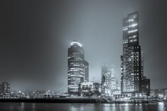 Vista dalla destra sul Wilhelminakade di notte e nebbia nel bl Immagini Stock
