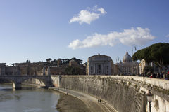 Vista dalla distanza del san Peter Basilica Fotografia Stock