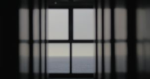 Vista dalla finestra al mare senza fine blu archivi video
