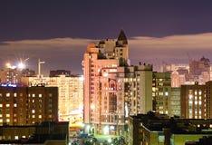 Vista dalla finestra alla città di notte Fotografia Stock