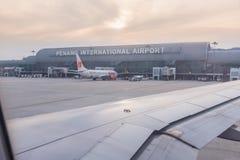 Vista dalla finestra degli aerei, aeroporto internazionale di Penang, Malaysi immagini stock