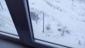 Vista dalla finestra dei grattacieli nell'iarda sulla via nell'inverno archivi video
