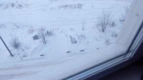 Vista dalla finestra dei grattacieli nell'iarda sulla via nell'inverno stock footage