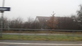 Vista dalla finestra del treno che arriva alla stazione Baden-Wurttemberg, Germania archivi video