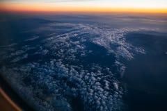 Vista dalla finestra dell'aereo al cielo nuvoloso Immagini Stock Libere da Diritti
