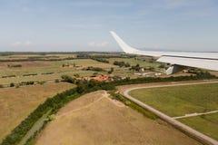 Vista dalla finestra dell'aeroplano, ala della nuvola, dimensioni fotografie stock