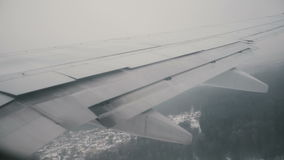 Vista dalla finestra dell'aeroplano all'ala dell'aereo L'aereo sta guidando attraverso la pista, volante sulle nuvole video d archivio