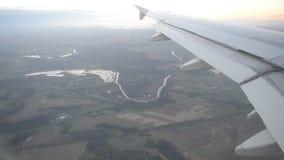 Vista dalla finestra dell'aeroplano alle vicinanze di Parigi stock footage