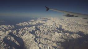 Vista dalla finestra dell'aeroplano sulle montagne fotografie stock