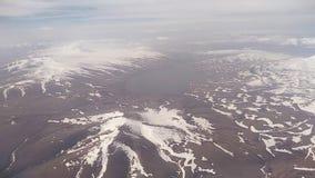 Vista dalla finestra dell'aeroplano sulle montagne di Caucaso archivi video