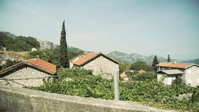 Vista dalla finestra di automobile sulle case nei villaggi di vecchia città europea Azionamento delle case passate archivi video